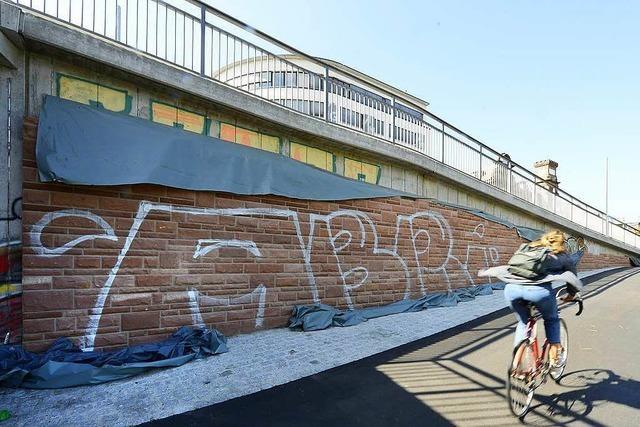 Der 170.000 Euro teure Sandstein an der neuen Kronenbrücke ist bereits mit Graffiti besprüht