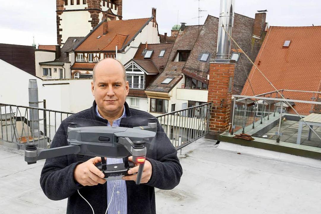 Thomas Holtz lässt seine Drohne für gewerbliche Zwecke fliegen.  | Foto: Ingo Schneider