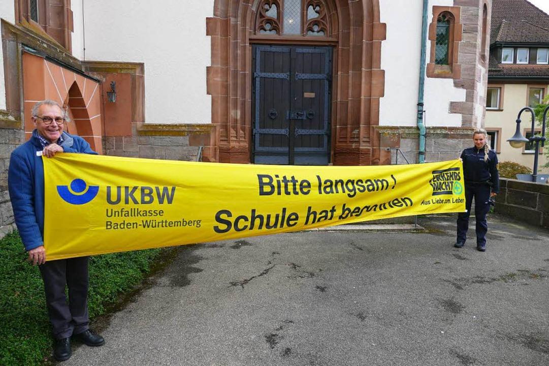 Klemens Laule von der Verkehrswacht un...ue Banner für einen sicheren Schulweg.  | Foto: Tobias Loibenböck