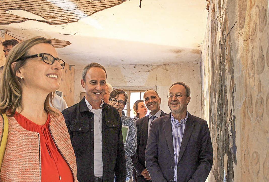 Staatssekretärin Katrin Schütz amüsier... die Wandkarikaturen im Raucherhäusle   | Foto: Erich Krieger