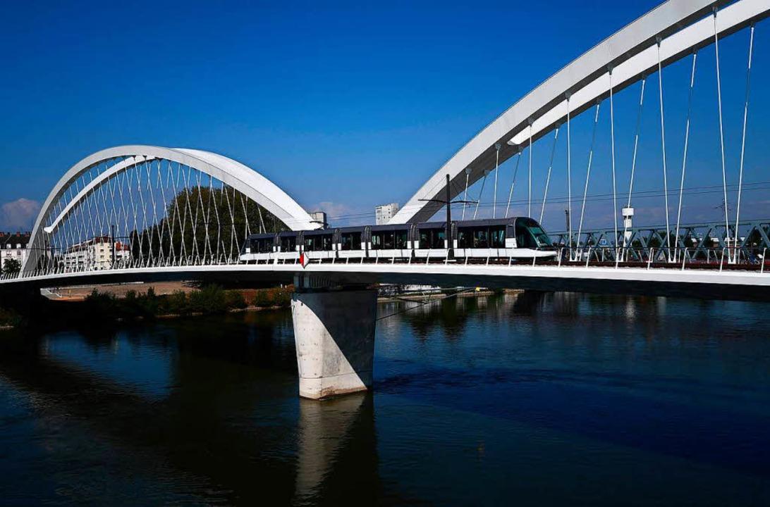 Mit der Straßenbahn mal eben über die ...l und Straßburg ist das längst Alltag.  | Foto: AFP