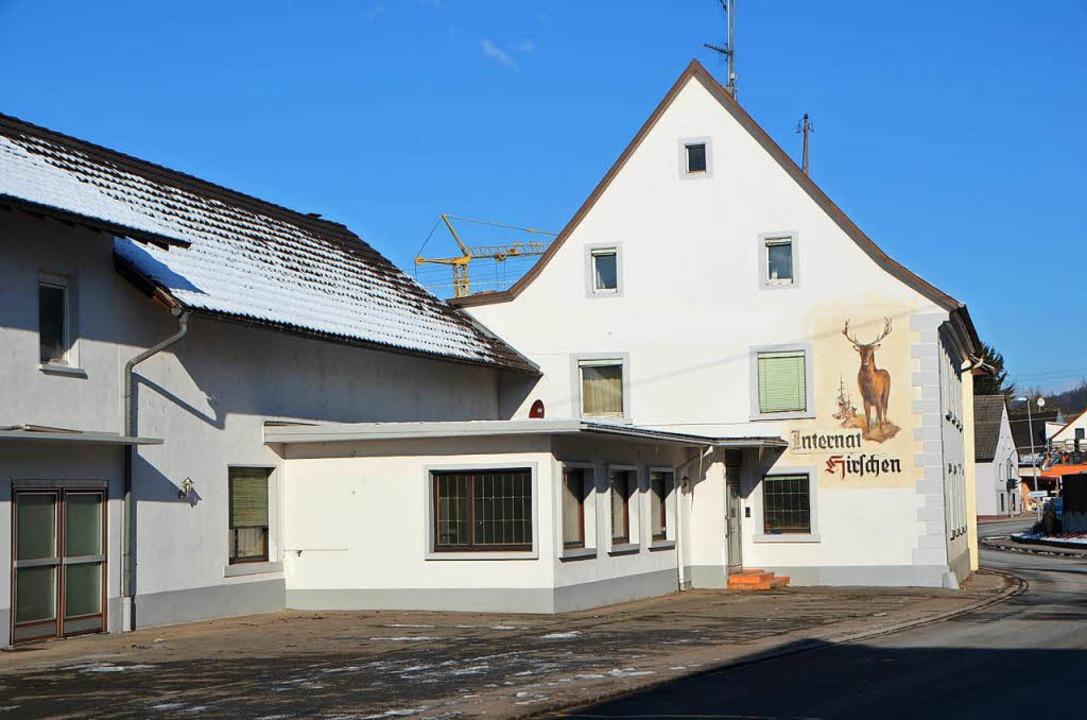 Im ehemaligen Gasthaus Hirschen rastet...ch Darstellung der Polizei völlig aus.  | Foto: Markus Maier