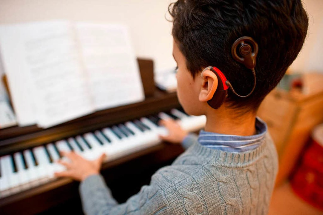 Gut hören dank  eines Cochlea Implanta...0 Menschen eine solche Hightech-Hilfe.  | Foto: Jochen Lübke