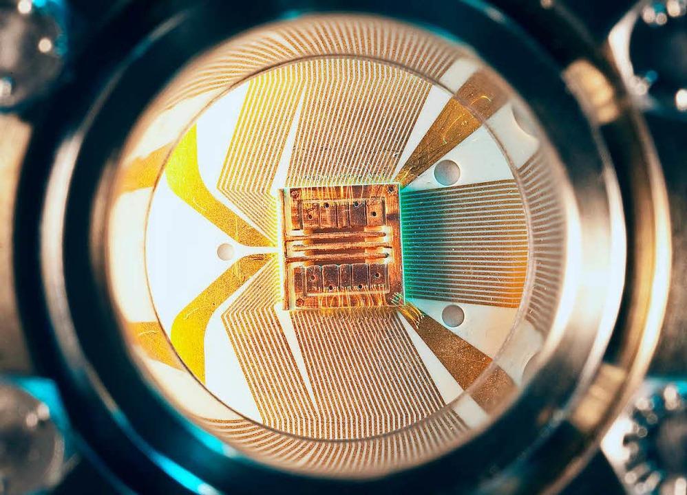Hier schlägt das Herz eines Quantencomputers: Ionenketten auf einem Chip  | Foto: C. Lackner