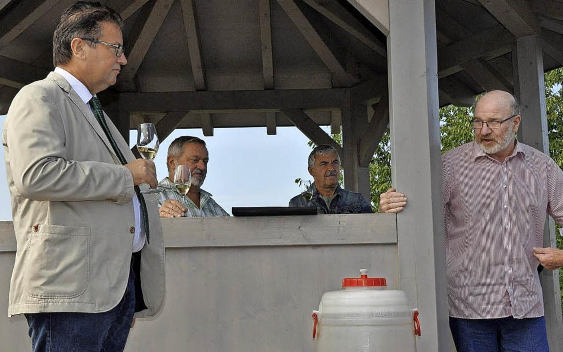 Agrarminister Peter Hauk (links) im Au...mit Weinbaupräsident Kilian Schneider.  | Foto:  rix