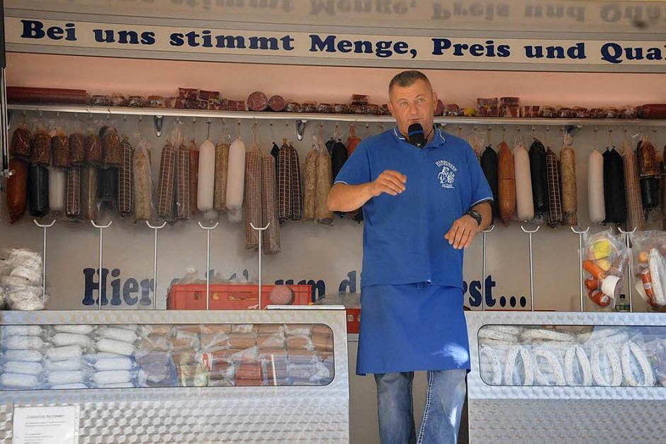 Wurst-Herby preist seine Waren an (Foto: Leony Stabla)