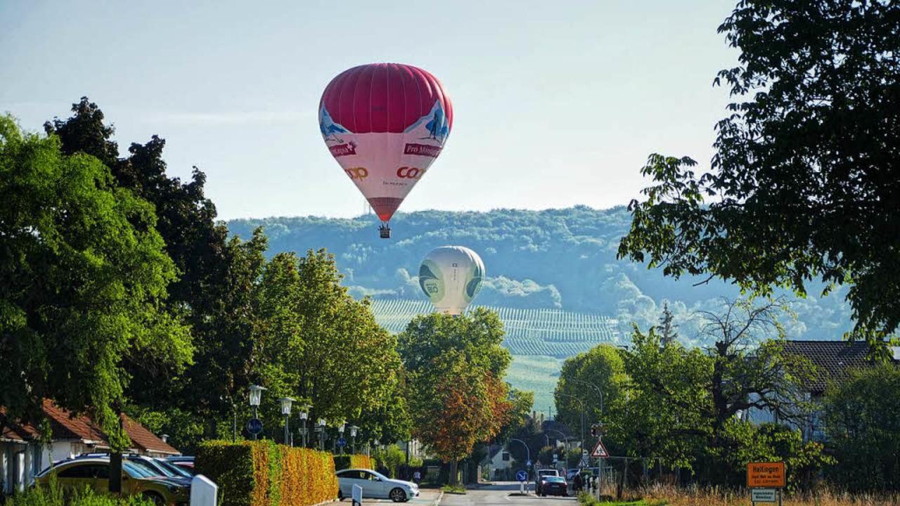 Heißluftballons bei ihrer Fahrt über das Dreiland.  | Foto: Michael Sesiani
