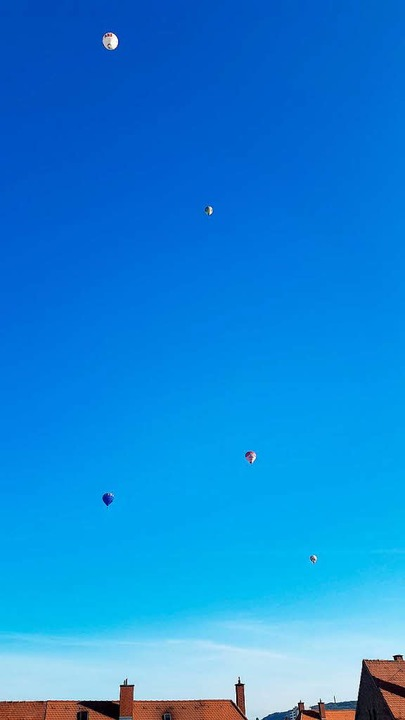 Heißluftballons bei ihrer Fahrt über das Dreiland.  | Foto: Thomas Drews