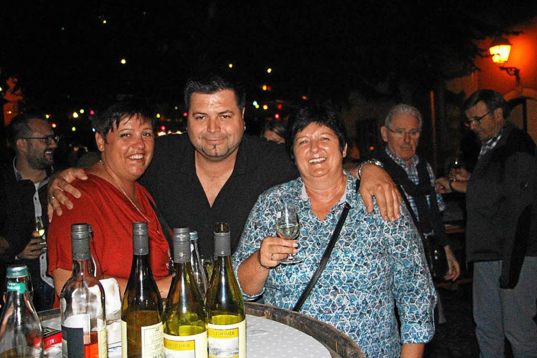 Fröhliche Stimmung herrschte am Freitagabend bei den Burkheimer Weintagen.  | Foto: Herbert Trogus