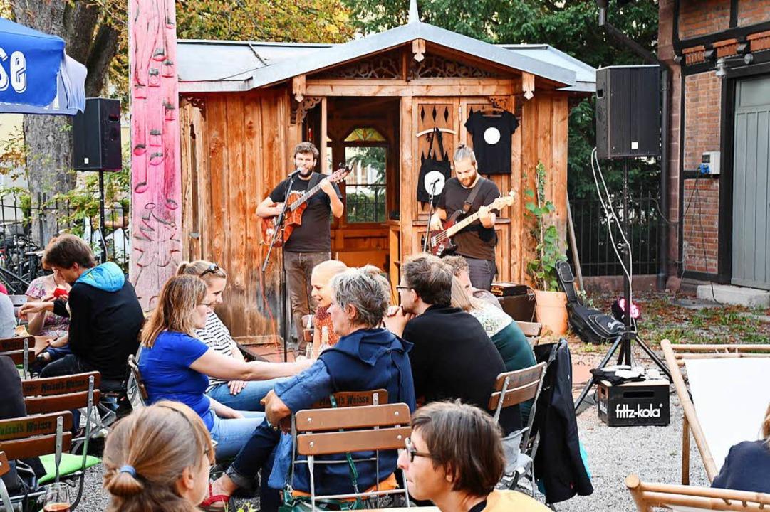 """""""Achtung Amsel"""" untermalte...akt im """"Nellie"""" mit Musik.    Foto: Barbara Ruda"""