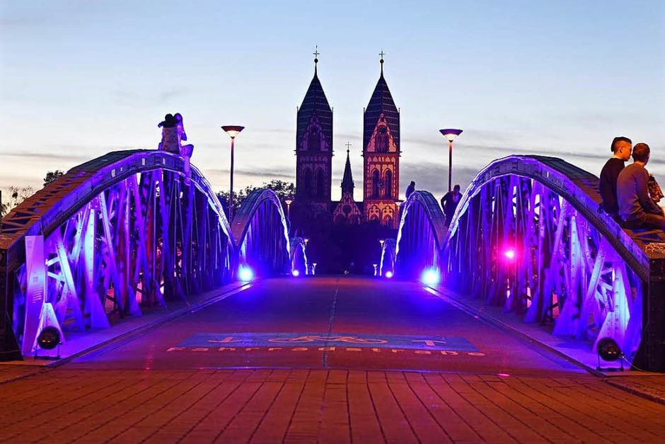 Wiwilibrücke blau bestrahlt zur blauen Stunde (Foto: Rita Eggstein)