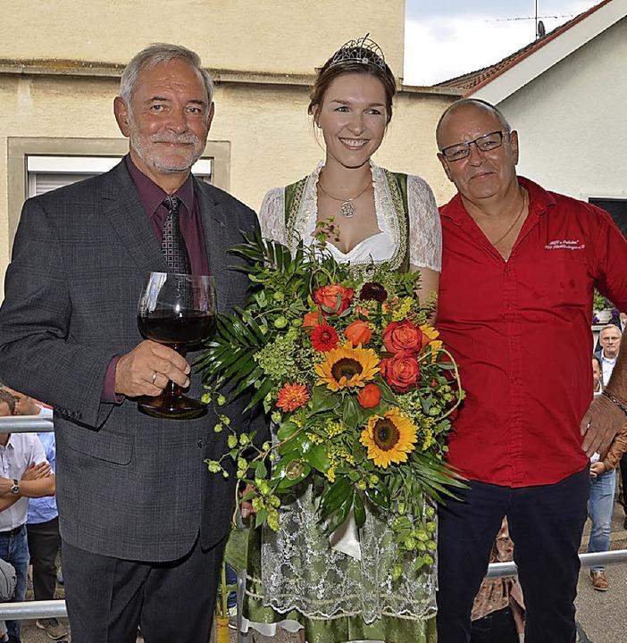 Ortsvorsteher  Franz Späth (links), We...schaft nach der Eröffnung der Weintage  | Foto: Roland Vitt