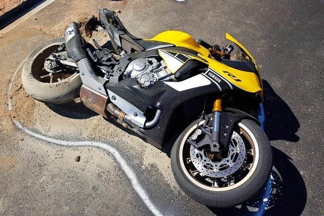 Tödlicher Motorradunfall und noch ein Biker-Sturz wegen Raserei und Fallobst auf der Straße