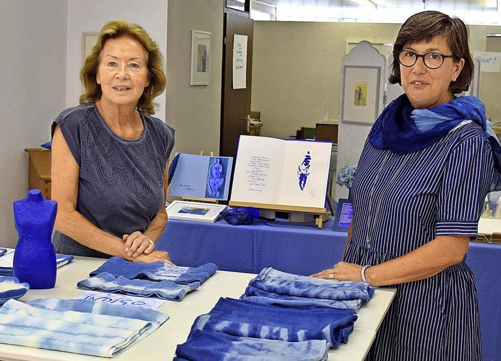 Heidelore Goldammer und Ute Bitsch (re...z, Seide und Papier in der Farbe blau.    Foto: Kai Kricheldorff