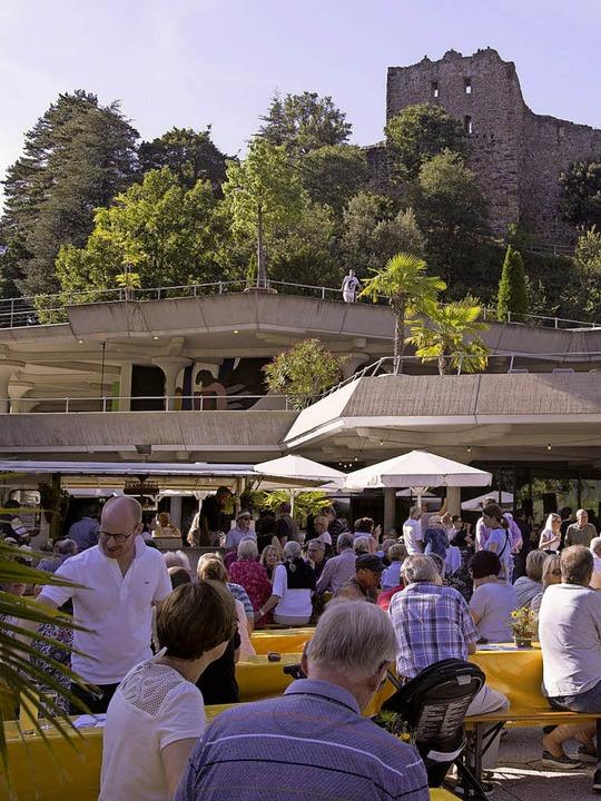 Dudelsackspieler traten beim Wein- und...est vor dem Badenweiler  Kurhaus auf.     Foto: Volker Münch