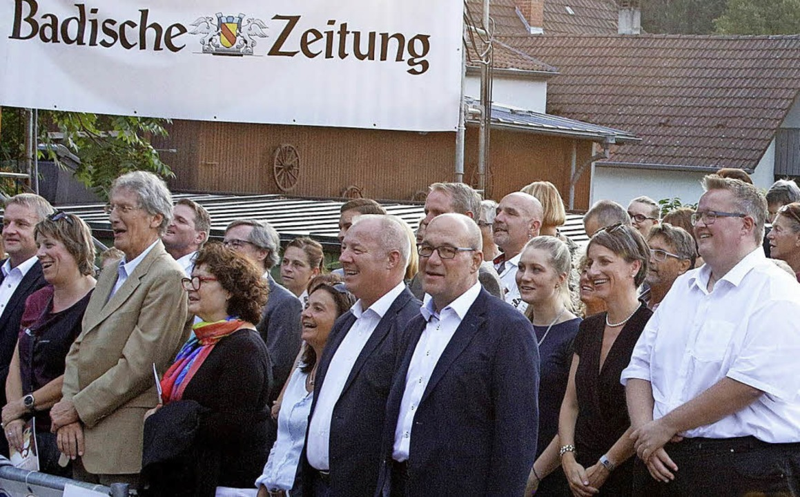 Beim Badner Lied stimmte das Publikum stehend spontan mit ein.  | Foto: Heidi Fößel