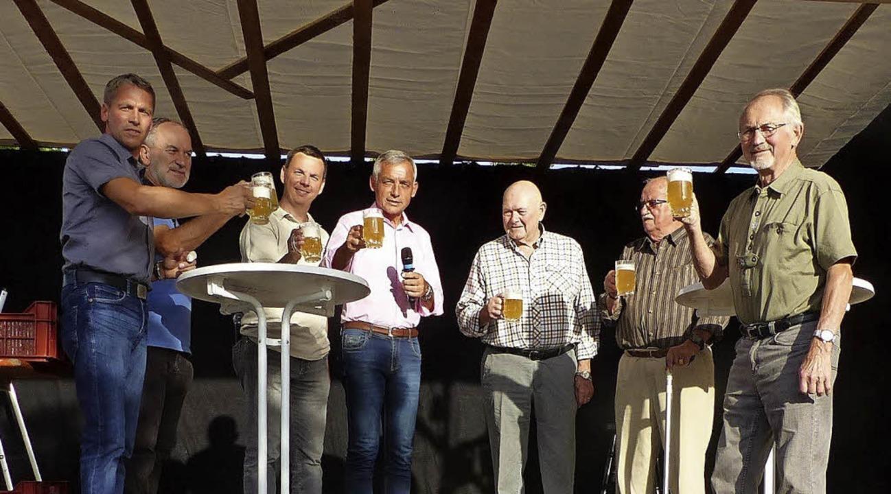 """Ein """"Prost"""" zum Abschluss ...ann, Manfred Kopf und Erich Schnebel.     Foto: Dieter Fink"""