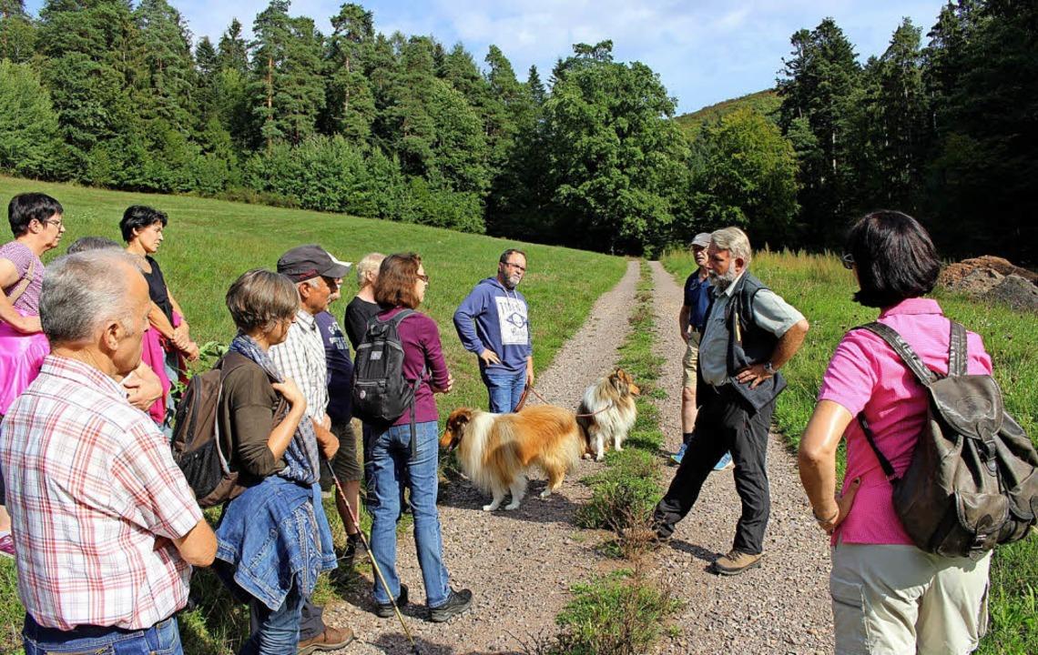 Wie geht's dem Wald? Hans-Jörg Fries (rechts) erklärt es.   | Foto: Reiner Beschorner