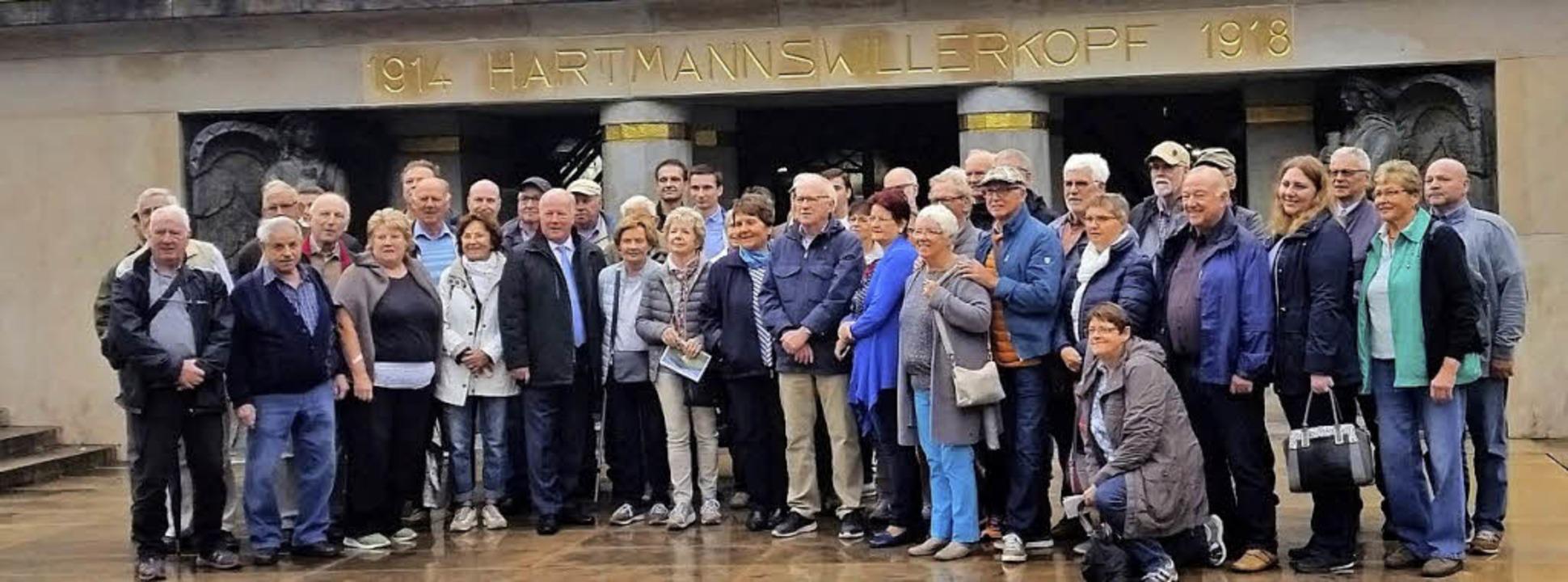 Die Besuchergruppe aus Deutschland beim Hartmannsweilerkopf im Elsass    | Foto: Heinz Siebold