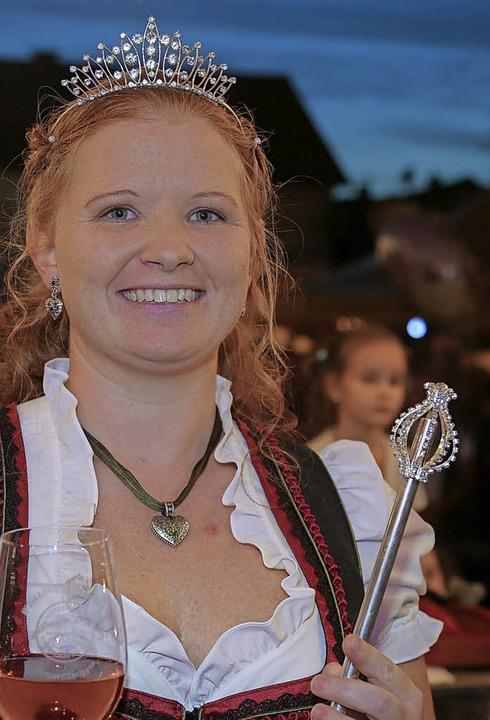 Mit Krönchen und Zepter: die neue Kippenheimer Weinkönigin Monja I.  | Foto: Decoux-KOne