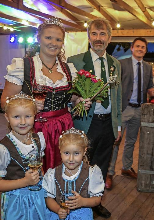 Stolz im Dirndl zeigten sich  Leonie u...grund Bürgermeister Matthias Gutbrod.   | Foto: Sandra Decoux-Kone