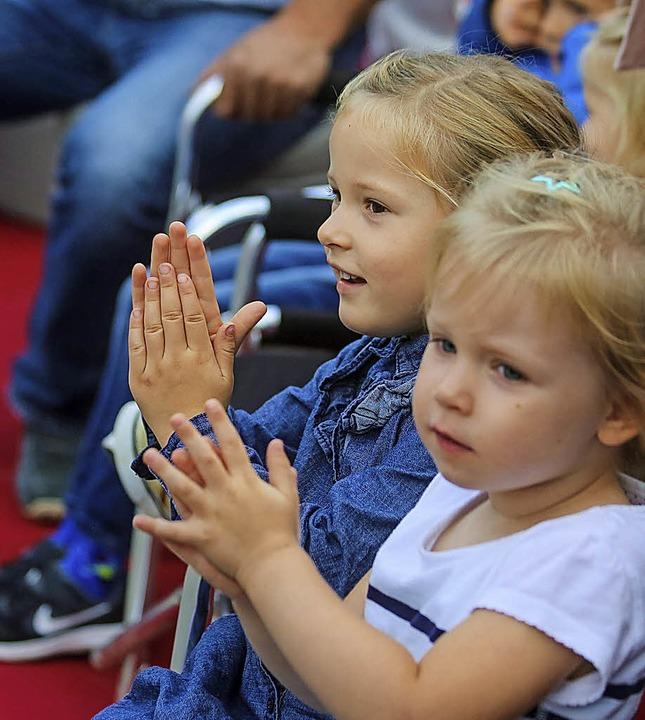 Applaus von den jüngsten Radsportfans.  | Foto: Sandra Decoux-Kone