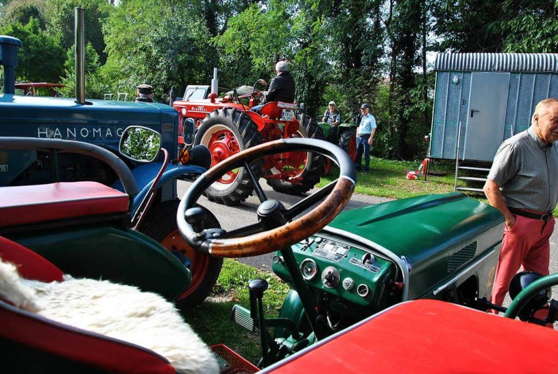 Mehrere alte Traktoren sind beim Dorffest dabei.    Foto: Ralph Fautz