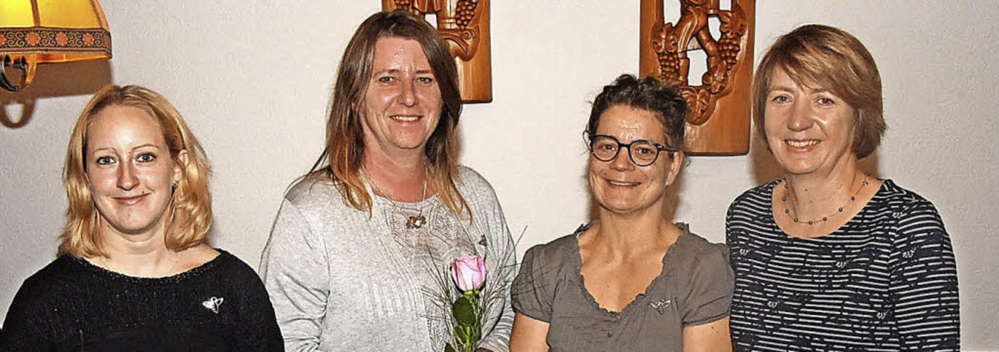Mit der silbernen Biene ehrte Karin Sc...tner und Petra Dischinger (von links).  | Foto: Stefan Pichler