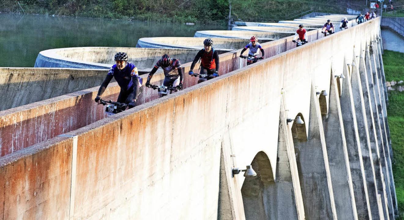 Dammkronen-Bezwinger: In der Morgendäm...0-Kilometer-Runde die Linachtalsperre.  | Foto: Wolfgang Scheu