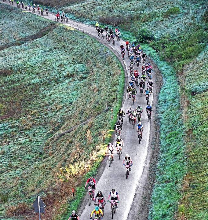 Im Frühtau zu Berge. Nach dem Start in...recken des Schwarzwald-Bike-Marathons.  | Foto: Wolfgang Scheu