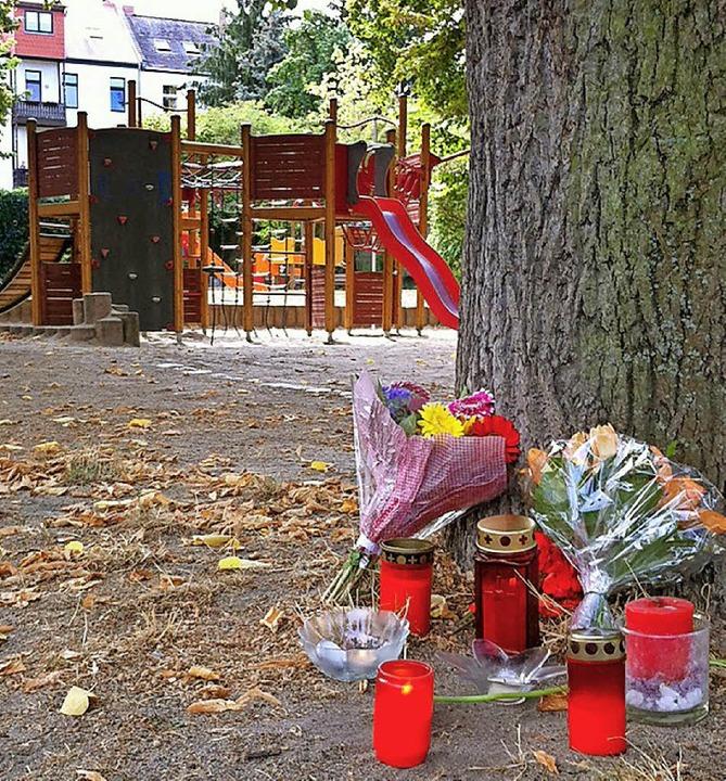 Blumen und Kerzen am Tatort  | Foto: dpa
