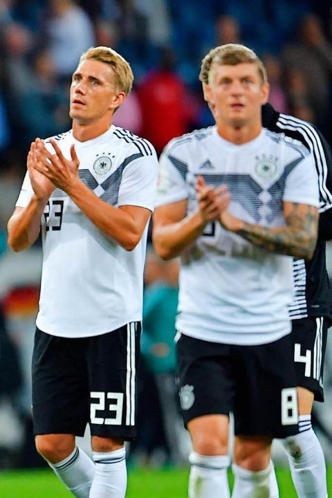 Nils Petersen (links) und Toni Kroos b...en Zuschauern für deren Unterstützung.    Foto: dpa