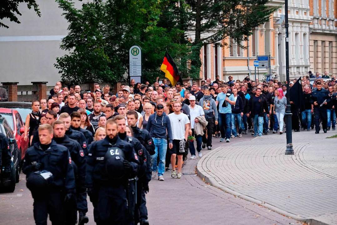 Der rechte Protestzug in Köthen  | Foto: dpa