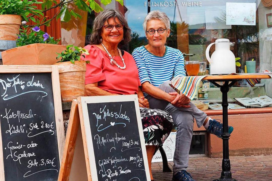 Barbara Adler (rechts) und Annemarie Schuldis ganz entspannt  vor dem Lokal.   | Foto:  hcw