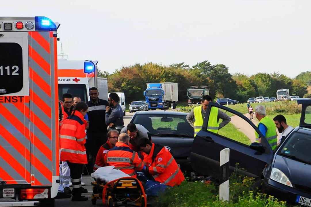 Helfer kümmern sich um die Verletzte, ...ns Karlsruher Klinikum geflogen wurde.  | Foto: Wolfgang Löhnig