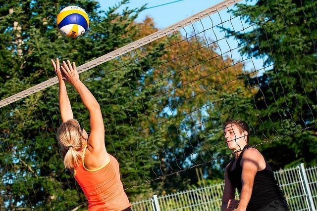 Beim Beachvolleyball haben Spieler und Zuschauer Spaß