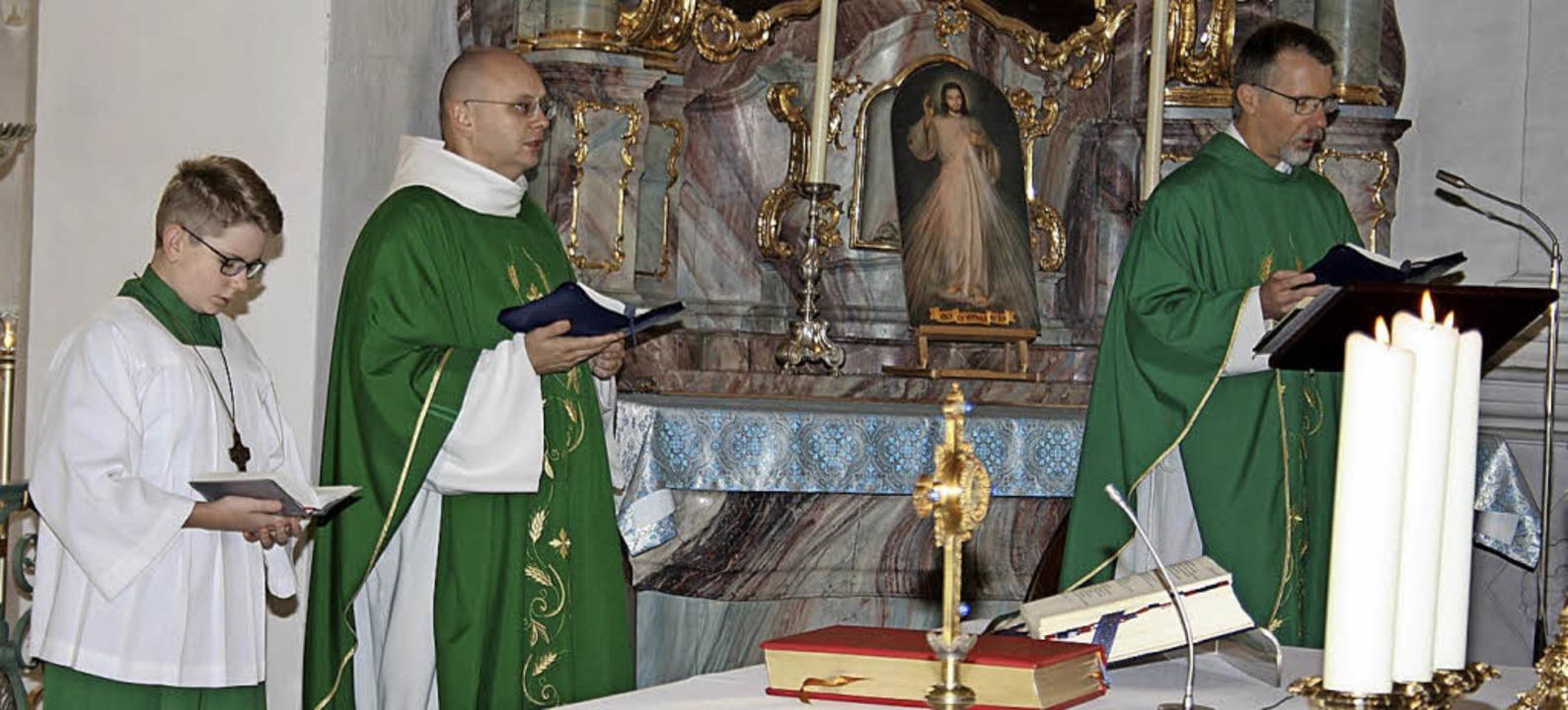 Der stellvertretende Dekan und Männers...em Gnadenbild  der Gottesmutter Maria.  | Foto: Andreas Böhm