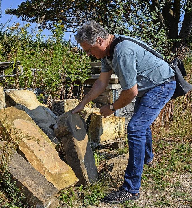 Helmut Bühler inspiziert die historischen Sandsteine auf dem Bauhof  | Foto: Gabriele Hennicke