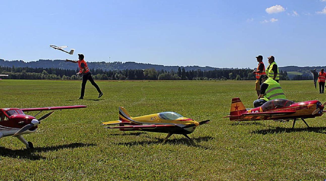 Große und kleine Flugzeuge kreisten am...äten den Segelflugtag in Reiselfingen.  | Foto: Christa Maier