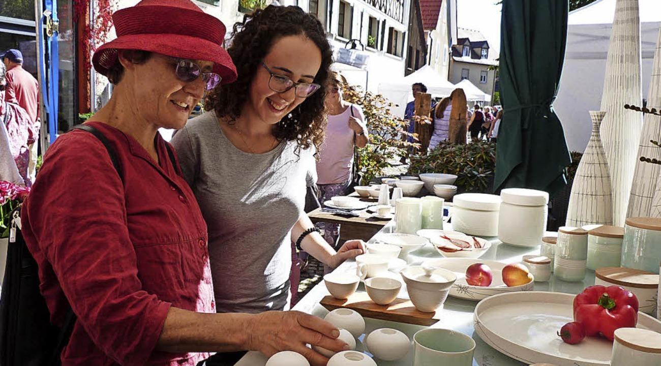 Bummeln und alle Kunst-Stücke in Ruhe ... auf dem idyllischen Sennhofplatz aus.  | Foto:  Gabi Lendle