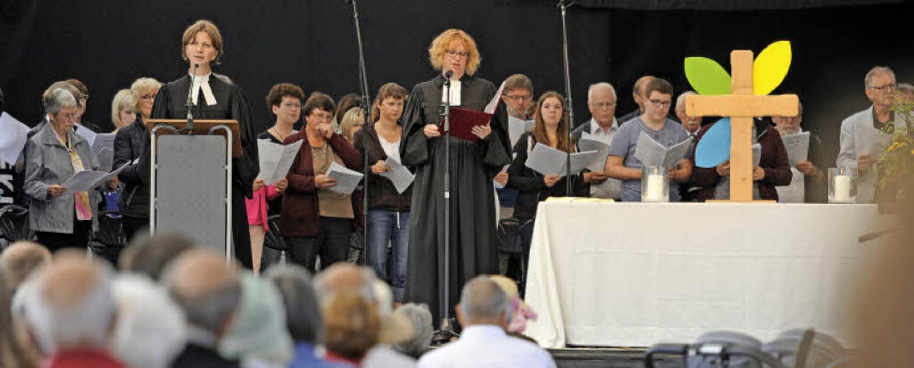Zahlreich kamen Besucher zum Gottesdie...r Schwanauer Projektchor begleitete.    | Foto: Bettina Schaller