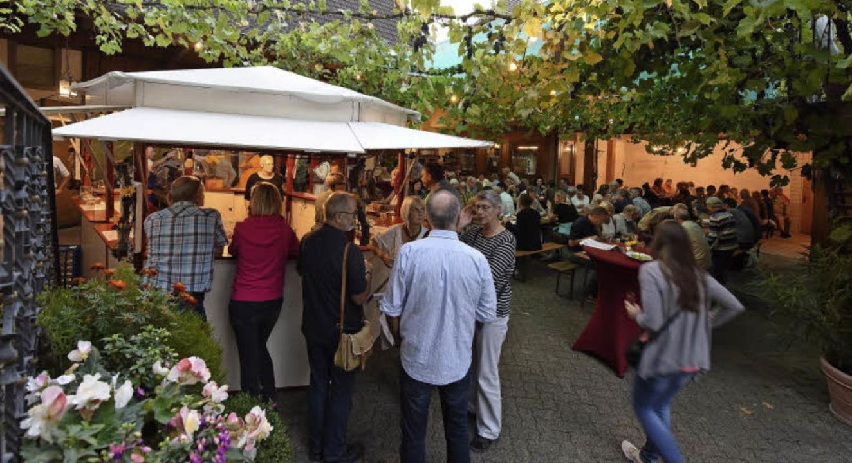 Lauschig war's in den Lauben und Höfen beim Tiengener Wein- und Dorffest.   | Foto: Rita Eggstein