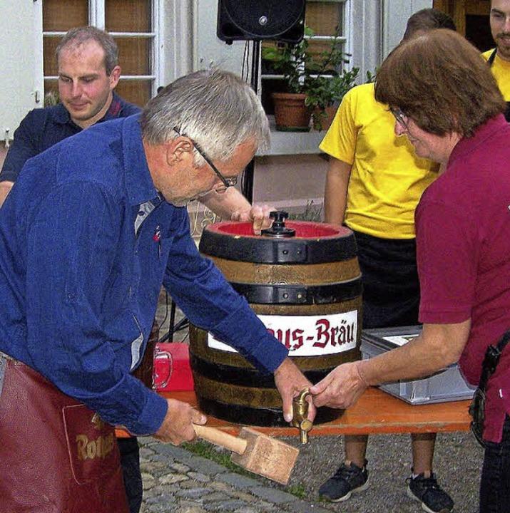 Stadtrat Wolf-Dieter Winkler beim Fassanstich.  | Foto: Hans Sigmund