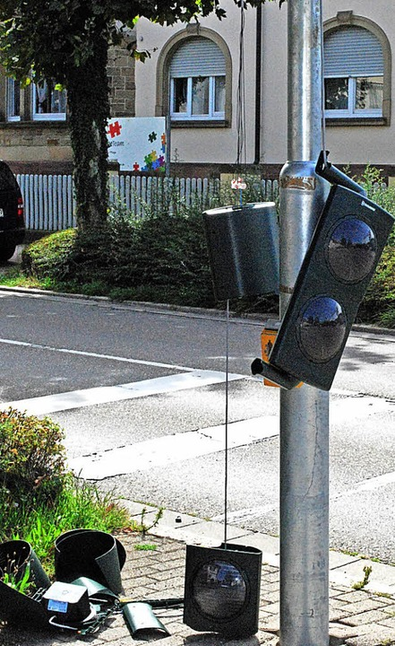 """Ein Sattelzug hat nach Polizeiangaben ...en diese Ampel """"umgelegt"""".    Foto: Sylvia-Karina Jahn"""