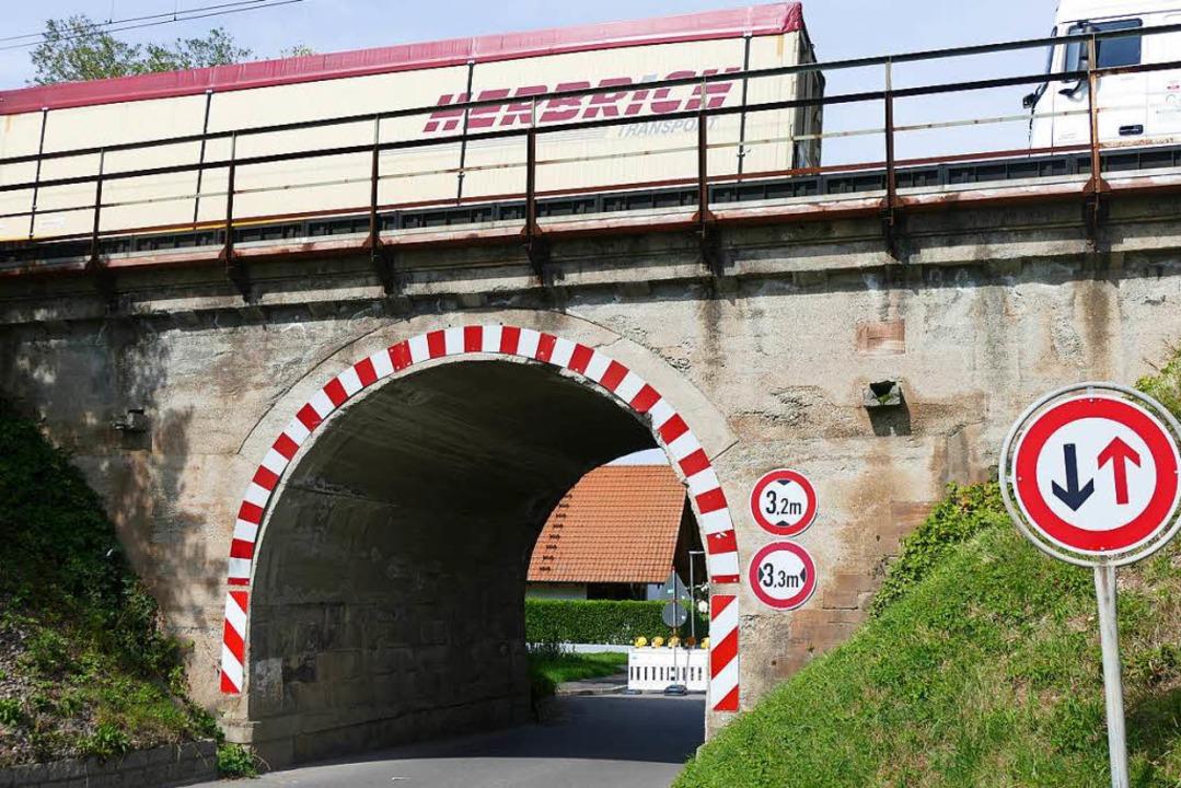 Durch die Brücke an der Muttighofer Straße passen nicht alle Lastwagen.  | Foto: Frank Schoch