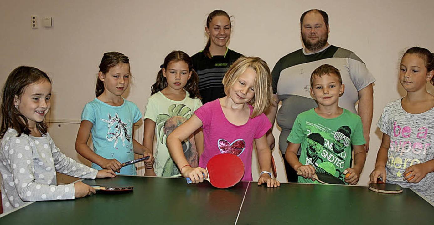 In die Feinheiten des Tischtennis- Spo...ks) vom TTC Hasel.                      | Foto: Ralph Lacher