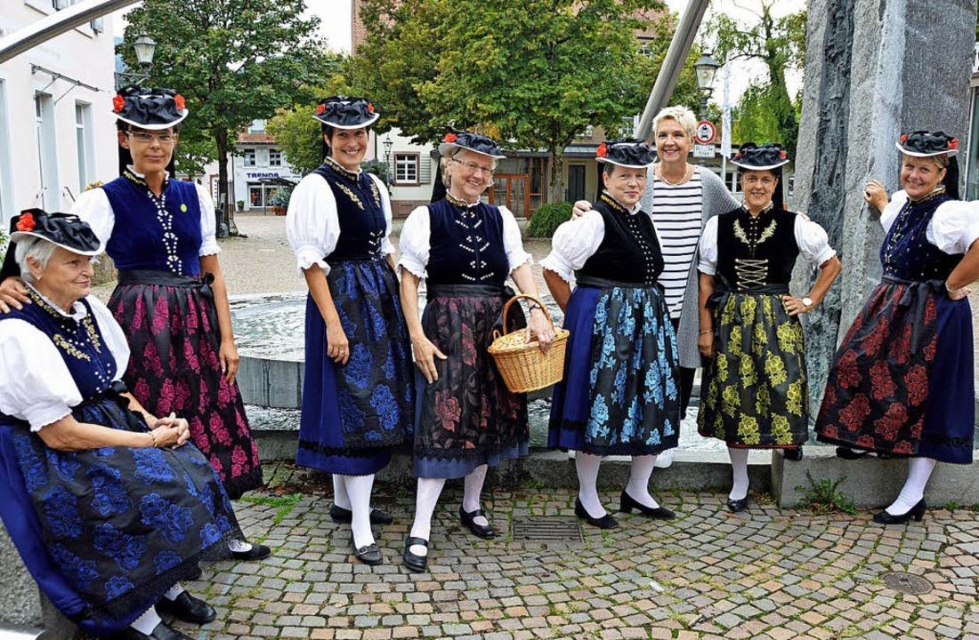 Sieben Trachtenträgerinnen zeigten am ...Dritte von rechts) finanziert wurden.   | Foto: Gerhard Lück