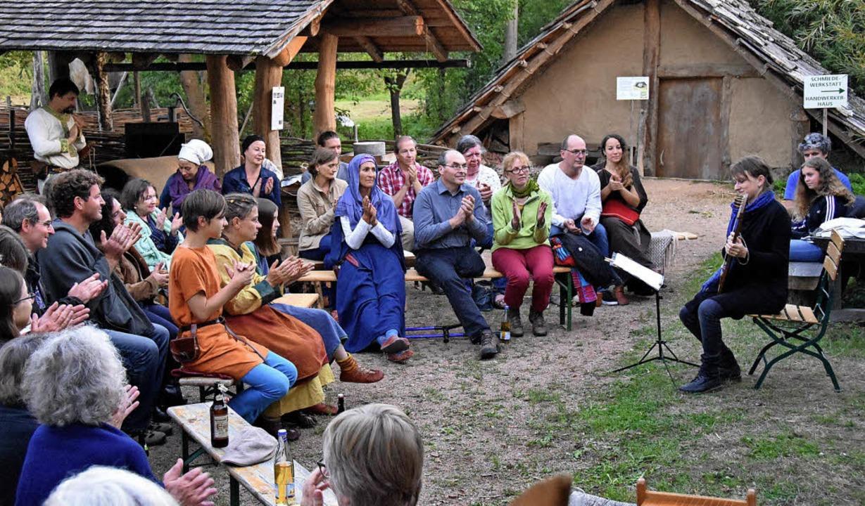 In familiärer Atmosphäre lauschten die...r Wiegen-, Klage-  und Liebesliedern.   | Foto: Andrea Steinhart