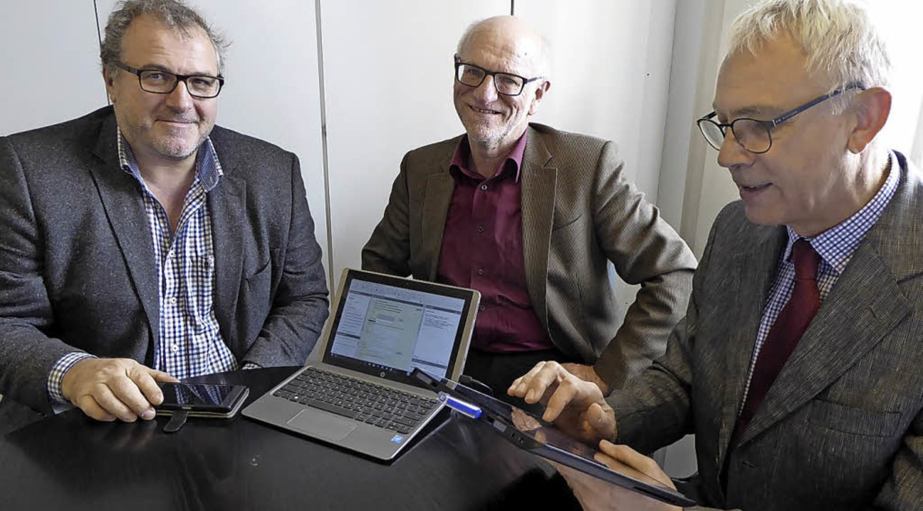 Ob mit Smartphone, Laptop oder Tablet ...nkommensteuer) und Stefan Bauer (EDV).  | Foto: Seller