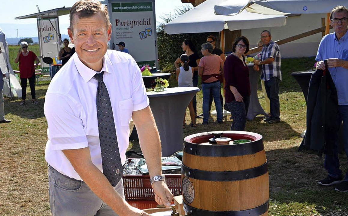 Breisachs Bürgermeister Oliver Rein st... für die Besucher des Verenenfests an.  | Foto: Hans-Jochen Voigt